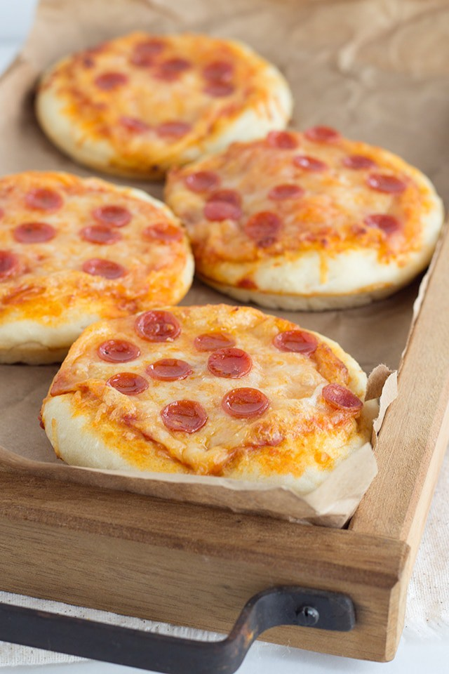 Mini Pizzas - Looking for a cute little appetizer? These mini pizzas are the perfect finger food for the kids